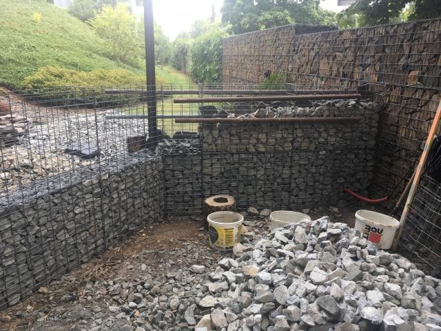 Stavba stěn technologií gabionových klecí, vyplněných kamenivem